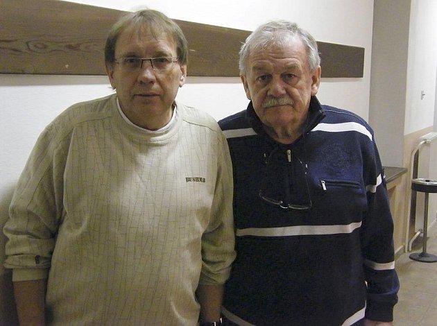 Bavič a moderátor Karel Šíp (vpravo) spolu se svým kolegou Josefem Náhlovským krátce před listopadovým představením v píseckém Divadle Fráni Šrámka.