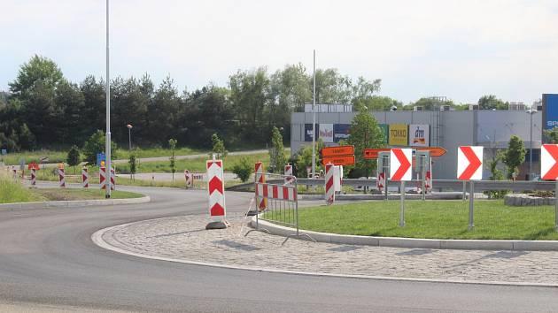 Stavba kruhové křižovatky v obchodní zóně finišuje.