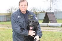 Psovod Jiří Dupal se svým psem Galem.