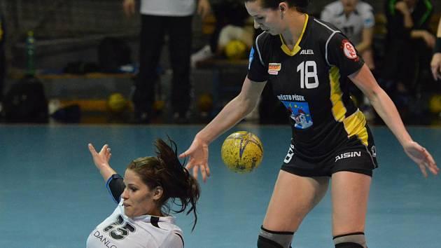 Na snímku jsou dvě velké osobnosti sobotního zápasu interligy házenkářek Písek - Partizánske (33:24): domácí Iveta Luzumová (vpravo) a hostující Klaudie Michnová.