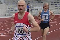 Roman Budil (č. 68), na snímku stíhaný píseckým Jiřím Jansou, vyhrál přesvědčivě běh na 10000 metrů, ale po přepočtu koeficientů obsadil až třetí místo.