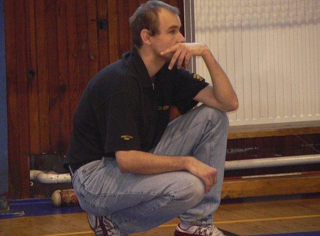 Miroslav Janovský, trenér basketbalových kadetů Sršni Písek, přemýšlí v průběhu zápasu nad tím, jak herně uspět proti soupeři.