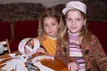 Děti si v knihovně vyráběly papírové čepice pro strážníky