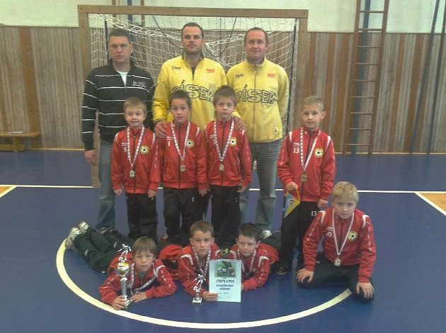 Mladší přípravka fotbalového klubu FC Písek U8 (na snímku) vyhrála Vánoční halový turnaj v Rokycanech. Na snímku jsou písečtí hráči i se svými trenéry.