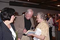 Součástí slavnostní vernisáže výstavy Adolfa Borna v písecké Sladovně byla v úterý v podvečer také autogramiáda jeho knih.