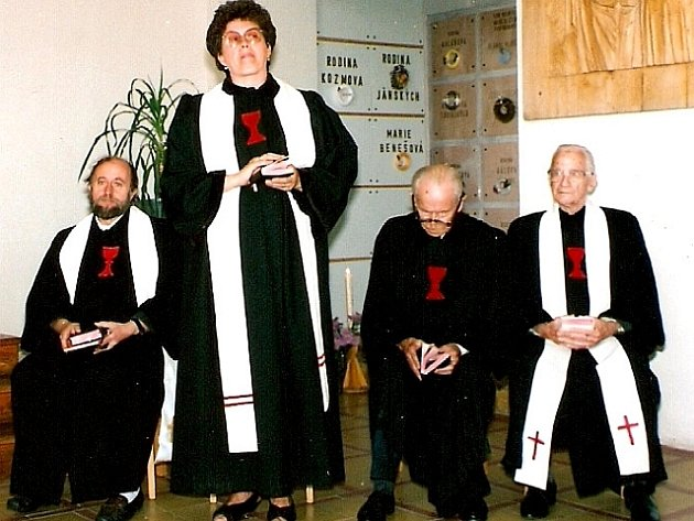 Eva Červená promlouvá k účastníkům oslav 55. výročí Husova sboru.