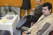 V ČEKÁRNĚ.  Mezi první pacienty, kteří včera museli poprvé sáhnout do peněženky za ošetření u praktického lékaře v Protivíně, patřili Václav Plundrich (vpravo) a Zdeněk Staněk v pozadí.