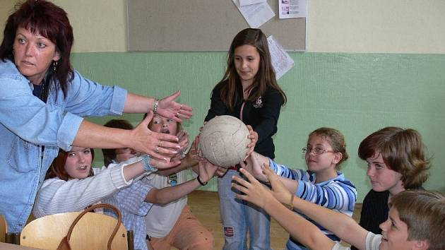 Ekoklip pro zahájení školní akademie nacvičily děti z Ekotýmu ZŠ T. G. Masaryka.Vlevo jedna ze dvou koordinátorek EVVO, učitelka Marta Bakalová.
