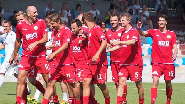 UTKÁNÍ OSOBNOSTÍ. Fotbalový zápas Celebrity team - Zušťák team se uskutečnil v rámci Píseckého víkendu módy. Celebrity team vyhrál 8:6.