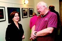 V galerii Cafe & Restaurant AVION air v Palackého sadech v Písku  je  do konce března otevřena výstava fotografií Karla Burdy nazvaná Svět v pohybu. Na snímku z vernisáže je autor společně                 s  pořadatelkou výstavy Šárkou Nováčkovou