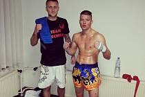 Na snímku je Viktor Český (vlevo) s Davidem Švehlou, který v zápase amatérské ligy v thajském boxu v Krnově jasně zvítězil nad svým soupeřem.