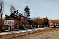 Při nočním požáru rodinného domu v Čimelicích zahynuly dvě osoby. Třetí skončila v péči lékařů.