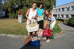 Kabelky a knihy za píseckou nemocnici předaly (na snímku zleva) Květoslava Slabáková, Hana Vyternová a Martina Reissingerová.