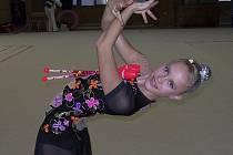 Milevská gymnastka Kristýna Souhradová (na snímku při cvičení s kuželi) získala na mistrovství ČR ve společných skladbách juniorek stříbrnou medaili.
