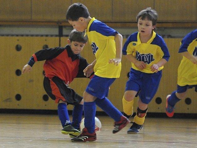 Domácí hráči Veselý a Martínek (ve světlém) bojují o míč s Maříkem v utkání mezi týmy Milevska a Mirovic hraném v rámci halového turnaje mladších přípravek v Milevsku.