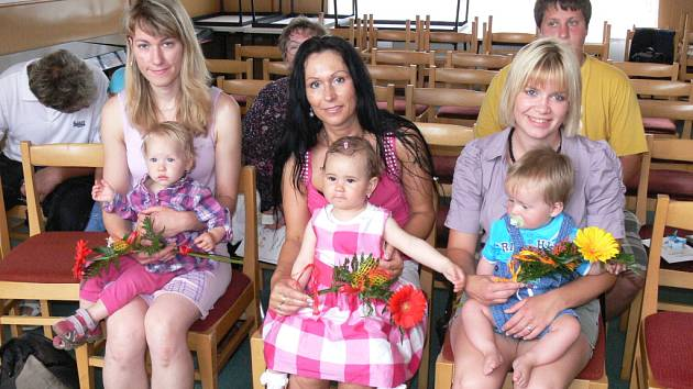 Zleva sedí: maminka Ivana Petrová s dcerou Alenou Petrovou, Pavlína Černá s dcerou Ellou Charvátovou, Denisa Picková se synem Ondřejem Pickou.