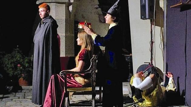 Princeznu Keli si ve hře Mort podle knihy  Terryho Pratchetta zahrála Karolína Voráčková.