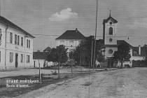 Základní škola a kostel v Kestřanech v dobách minulých.