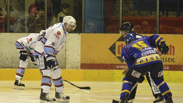 Útočník Jiří Kudrna (na snímku vpravo z domácího zápasu s Chomutovem) asistoval Lukáši Luňákovi při vedoucí brance hokejistů Písku v sobotním zápase první ligy v Chomutově, kde tým IHC prohrál 1:3.