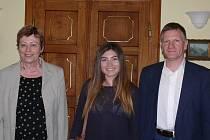 Na snímku jsou zleva starostka Písku Eva Vanžurová, studentka Barbara Delgado a prezident Rotary clubu Vojen Reitinger.