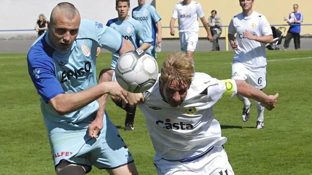 Jan Zušťák (na snímku vpravo v souboji s hlavickým Novákem) bude od nové sezony třetí fotbalové ligy hrajícím asistentem trenéra Jaroslava Kostky u týmu FC Písek.