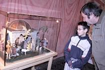 NA VÝSTAVĚ.  Jakuba Kropše, který si výstavu  přišel v sobotu prohlédnout s dědečkem Josefem Vlčkem, zaujal betlém z bývalé mateřské školy Na Bakalářích.