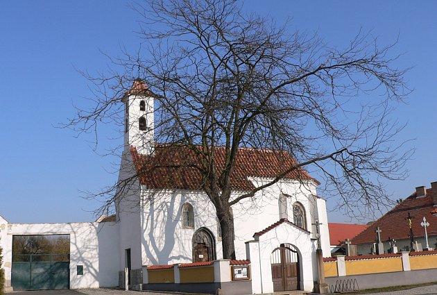 Náves s kostelem sv. Brixí v Dobevi.