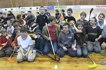 Na snímku je vítězný tým mladších žáků TJ Chyšky s pohárem za první místo, který vybojoval v Kaplici v Krajské soutěži ČASPV v kategorii mladších žáků ve florbale.