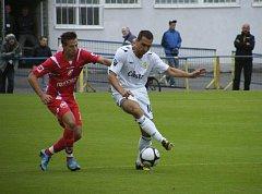 Michal Polodna (na snímku v bílém dresu) svými dvěma góly zajistil fotbalistům Písku výhru 2:1 v třetiligovém utkání na hřišti Sokola Ovčáry.
