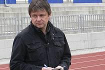 Trenér třetiligových fotbalistů FC Písek Karel Musil pozorně sleduje hru svých svěřenců na hřišti.