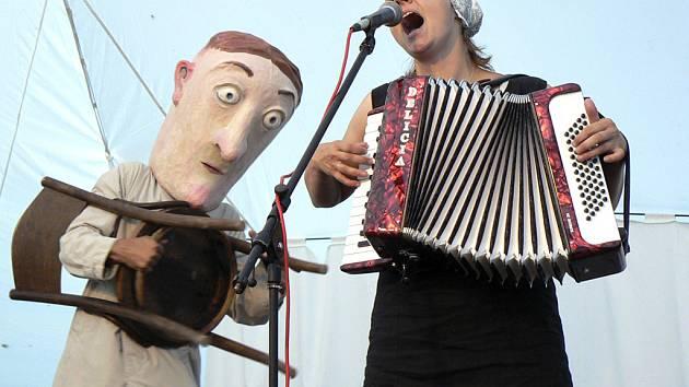 """Sylvie Krobová a Jiří """"Bilbo"""" Reidinger (na snímku jako muž s obří hlavou L´Ombré). Foto je z festivalu Mirotické setkání loutek a hudby 2007."""