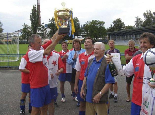 Fotbalisté SG Slavie Karlovy Vary se radují z vítězství ve 30. ročníku fotbalového memoriálu Jaroslava Jirana v Písku.