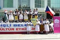 Členové folklorního souboru Písečan z Písku při jednom z vystoupení na mezinárodním festivalu v tureckém Istanbulu.