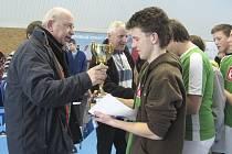 Na snímku předává ředitel DDM Tábor Josef Musil pohár za druhé místo kapitánu chyšeckých chlapců Vítu Strouhalovi.