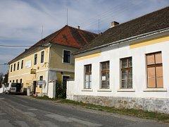 Budovy bývalé školy v Radobytcích.