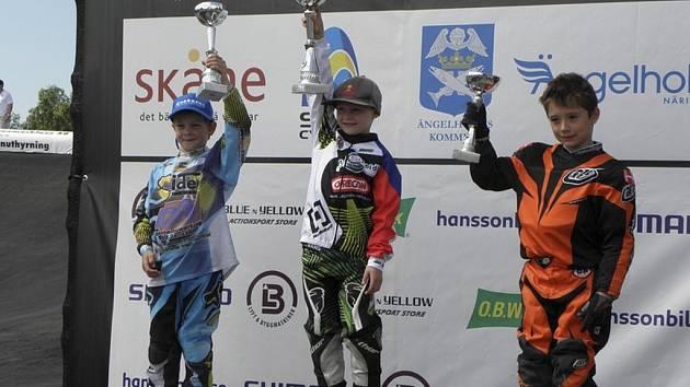 Jan Seidl z BMX Protivín (na snímku uprostřed) byl  ve své kategorii první v  závodě Evropského poháru ve švédském Angelholmu.