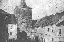 Nejstarší známá fotografie Písku, konkrétně Budějovické brány, pořízená nedlouho před její demolicí v roce 1861.