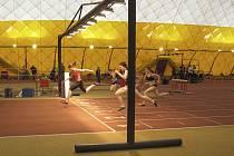 """Na snímku je v cíli finále """"B"""" v běhu na 60 metrů vítězná Kateřina Kašparová ze Sokola Milevsko před druhou v pořadí Veronikou Vostřákovou z TJ Chyšky."""
