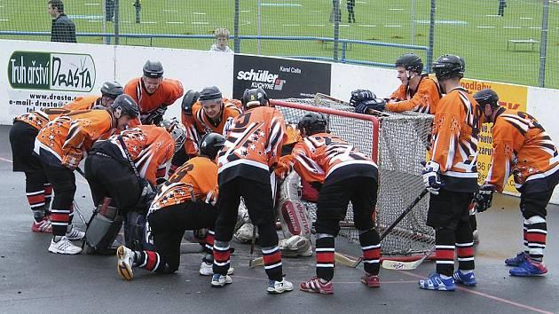Tradiční rituál hokejbalistů HC ŠD Písek před zahájením druhého finálového zápasu play off ve 2. NHbL se Zliví pomohl. Švantlák vyhrál 6:4 a vynutil si tak třetí zápas.