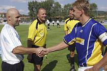 Oba soupeři se střetli u Otavy již loni v červenci, v prvním kole Poháru ČMFS, ve kterém byl úspěšnější tehdy ještě divizní Písek.Na snímku si před zápasem podávají ruce oba kapitáni: vpravo domácí Jan Zušťák a Robert Kochlöfl.
