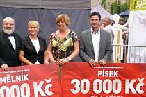 Na snímku z předánání ocenění jsou (zprava) místostarosta Písku Josef Knot, písecký starostka Eva Vanžurová a představitelé města Mělník.