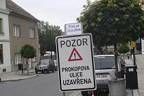 Cedule u hlavní pošty  v Žižkově ulici upozorňuje na  uzavření souběžné Prokopovy ulice.