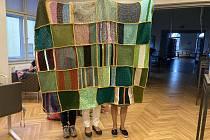 Do pletení obří deky se zapojily desítky lidí.