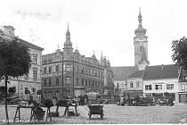 TRHY. Dnešní Alšovo náměstí  bylo v Písku jedním z míst, kde se konaly trhy. Snímek je z válečného roku 1941 a zachycuje  prodejce s převážně zemědělským sortimentem.