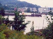 Písek, 13. srpna 2002, 8:10 – pohled od Pakšovky k Jitexu. Zatopené zahradnictví a supermarket Big Billa.