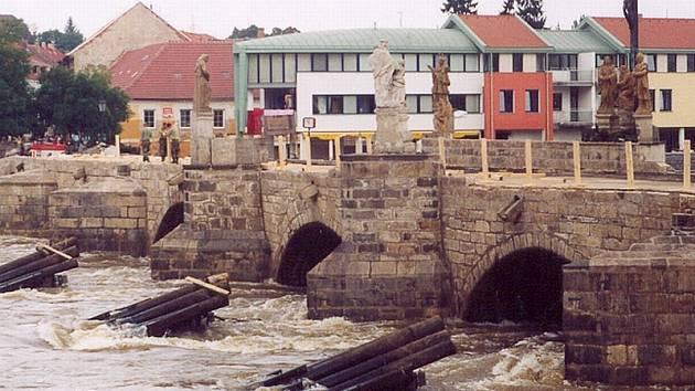 Písek, 17. srpna 2002 – čtvrtý den po povodni, starý most bez kamenného zábradlí a bez jednoho andílka v sousoší. Most vydržel, ačkoli byl celý pod vodou.