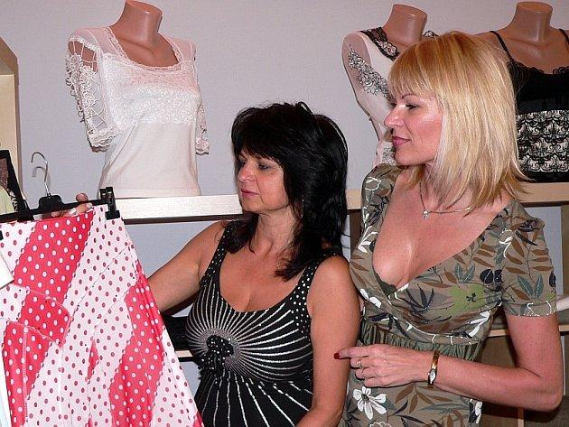 NOVÁ MÓDA. Butik, který byl otevřen v Žižkově ulici v Písku, přivítaly hlavně ženy, které se chtějí ve výběru oblečení odlišit.