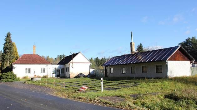 Bývalý vojenský areál mezi Vráží a Ostrovcem.