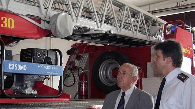 Senátor Kalbáč si s ředitelem Lubošem Broulimem prohlíží  moderní hydraulickou plošinu.