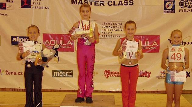 Dívkám z klubu Edita Sokol AK se v Železném Brodě dařilo. Na snímku kategorie 8 - 10 let stojí (zleva): stříbrná Adéla Herbrychová, zlatá Tereza Čejková a zcela vpravo čtvrtá v pořadí Klára Hrdličková.